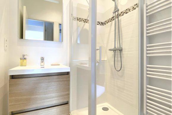 Salle de bains des 2 chambres pour la location saisonnière d'appartement expériences et cognés à Cannes, Côte d'Azur en France
