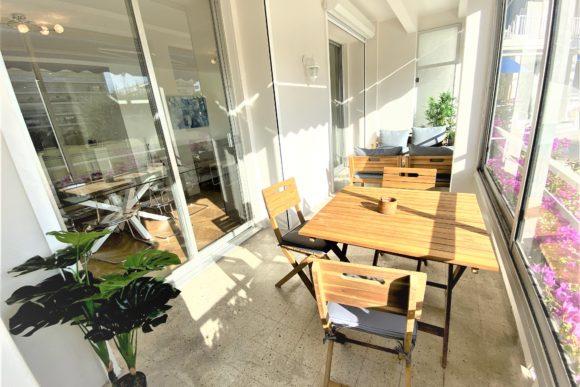 véranda pour la location saisonnière d'appartement expériences et cognés à Cannes, Côte d'Azur en France