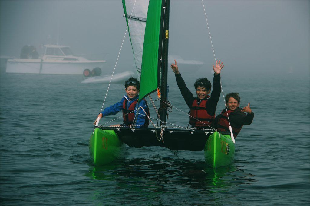 Catamaran pour enfants avec des moniteurs à la mer de Cannes