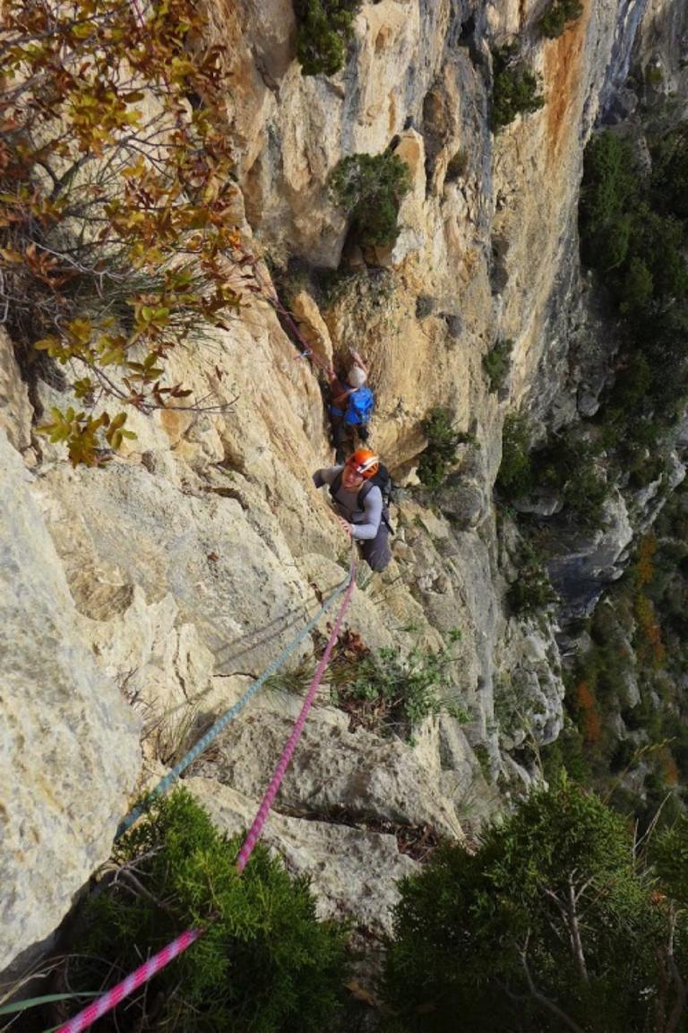 Escalader les montagnes avec des moniteurs et passionnés