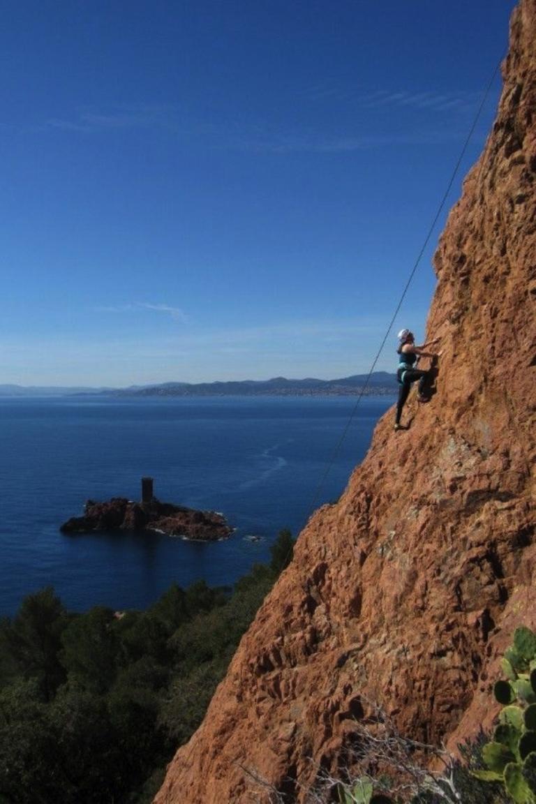 Escalader avec une vue sur la mer sur la Côte d'Azur