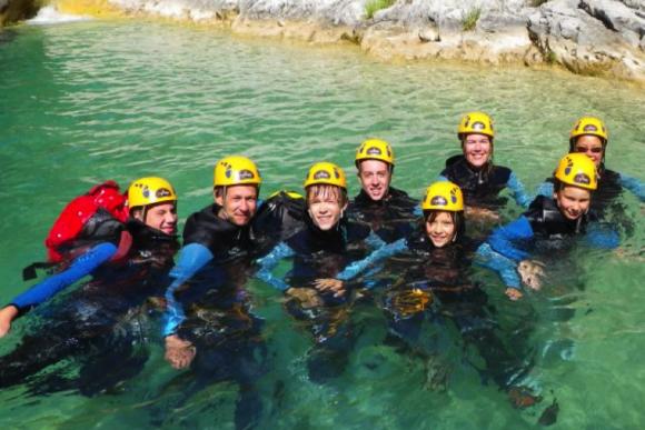 sauter et nager dans l'eau des montagnes en Côte d'Azur