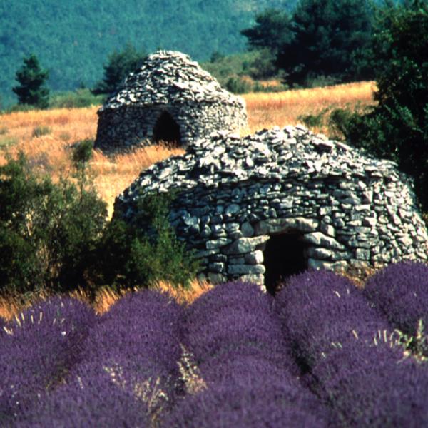 Maisons anciennes construites en pierre au village des Bories